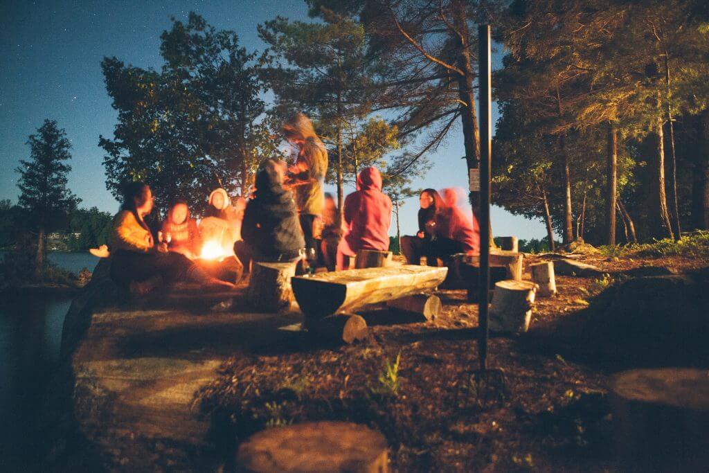 Menschen am Lagerfeuer