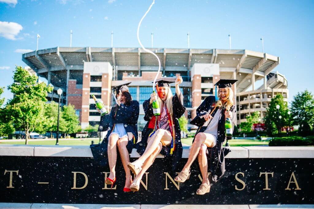 Studenten feiern Studienabschluss